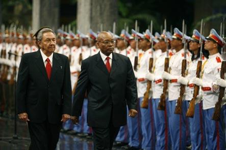 20101207171005-raul-castro-y-presidente-de-sudafrica.jpg