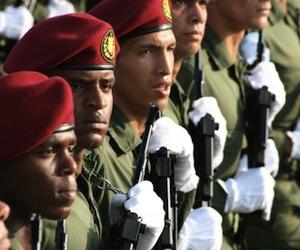 20110416170405-38-revista-militar-y-desfile-popular-16-de-abril-foto-jorge-leganoa-580x3872.jpg