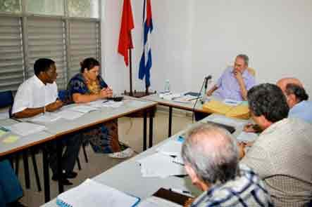 20100714141010-fidel-reunido-con-trabajadores-del-centro-de-inv-economia-mundial.jpg