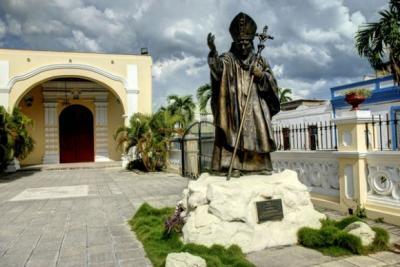 20150916205451-el-papa-francisco-visitara-la-escultura-de-juan-pablo-ii-en-holguin-e-580x388.jpg