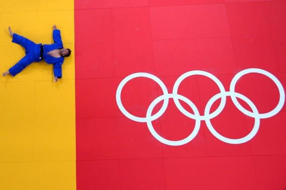 Tuvshinbayar Naidan de Mongolia celebra su victoria en las semifinales masculinas de yudo, modalidad -100 kg. FRANCK FIFE (AFP)