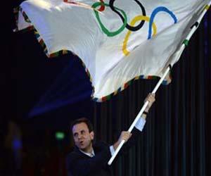 Eduardo Paes, alcalde de Río, recibe la bandera