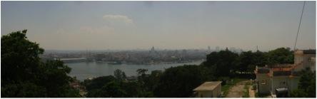 Foto panorámica tomada por el Lic. Elier Pila desde la Loma de Casa Blanca, Regla, La Habana. Todo el contorno de Ciudad se ve gris por el polvo del Sahara.