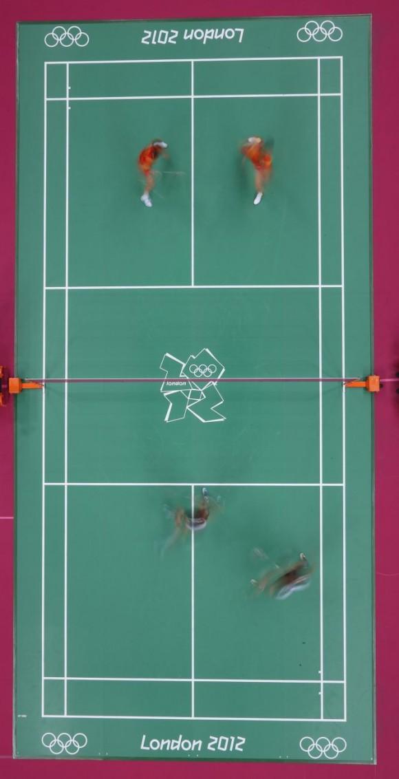 Boon Heong Tan y Kien Keat Koo de Malasia compiten contra los chinos Yun Cai y Haifeng en las semifinales de bádminton. Foto: RICHARD HEATHCOTE (GETTY IMAGES)