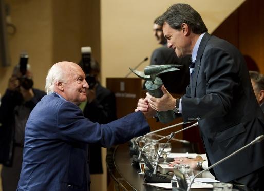 El periodista y escritor uruguayo Eduardo Galeano ha recibido el Premio Vázquez Montalbán esta tarde de manos de Artur Mas, en el Palau de la Generalitat