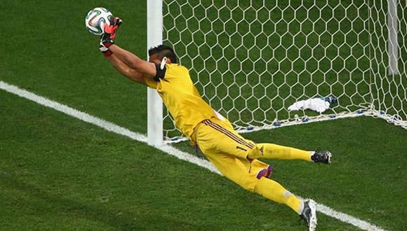 Romero ataja un penal en la semifinal ante Holanda. Foto: EFE.