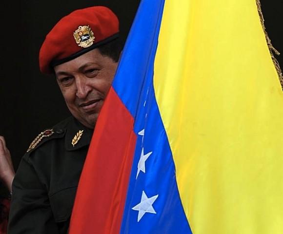 El Presidente Hugo Chávez ha reaparecido esta tarde, en el Balcón del Pueblo (Palacio de Miraflores), ante miles de seguidores que le esperaban desde la mañana.