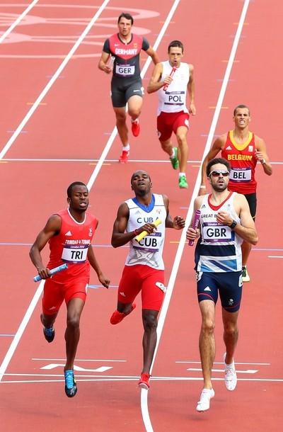 Omar Cisneros hizo el último tramo de la ronda clasificatoria de la carrera de los 4 x 400 metros. Foto: Cameron Spencer/Getty Images.