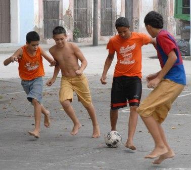 Niños jugando fútbol en parque de Sancti Spíritus, Cuba. Foto: Oscar ALFONSO SOSA