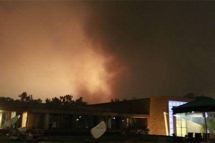 Al menos tres personas han muerto y otras 150 han resultado heridas como consecuencia de los ataques aéreos de esta noche llevados a cabo por las fuerzas aliadas de la OTAN sobre Trípoli, ha informado un portavoz del Gobierno de Gadafi. (Foto: LOUAFI LARBI / REUTERS)