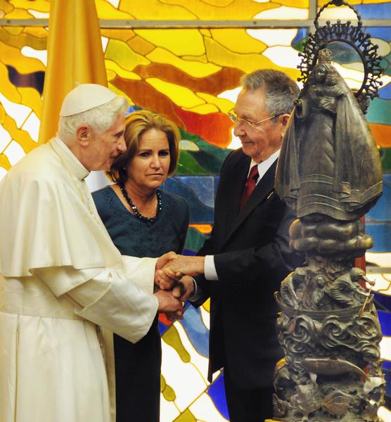El General de Ejército Raúl Castro, presidente de los Consejos de Estado y de Ministros de Cuba, obsequia la replica de la Caridad del Cobre a Su Santidad Benedicto XVI, en el Palacio de la Revolución, en La Habana, el 27 de marzo de 2012.   AIN    FOTO POOLL/Jorge Luis GONZÁLEZ/Periódico Granma/