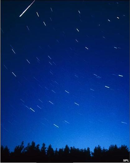En realidad no se trata de estrellas sino de partículas de polvo cósmico -en su mayoría más pequeñas que un grano de arena- que se encienden al chocar con la atmósfera de la tierra. En esta foto vemos una Perseida iluminando el cielo de Finlandia.