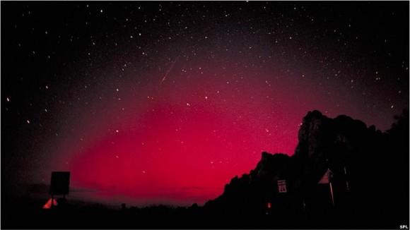 El polvo cósmico de las Perseidas es arrojado por el cometa 109P/Swift-Tuttle. Al combinarse con la Aurora Boreal, como en esta foto tomada en el norte de los Estados Unidos, el resultado es un espectáculo indescriptible.