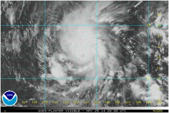Imagen de satélite en el espectro visible. Obsérvese el centro u ojo del huracán y la extensa área de lluvia que tiene asociada este sistema. La lluvia es el factor más preocupante respecto al litoral mexicano del Pacífico, al debilitarse gradualmente los vientos.