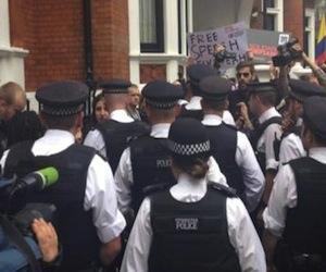 Embajada de Ecuador en Londres fuertemente custodiada.