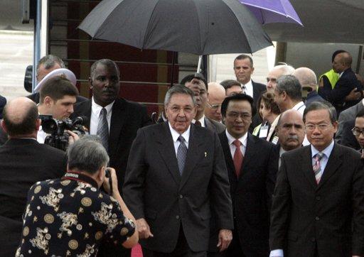 El presidente de Cuba, Raúl Castro, centro, comienza el sábado 7 de julio de 2012 en Hanoi una visita de cuatro días a Vietnam para fortalecer las relaciones bilaterales. (Foto AP/Tran Van Minh)