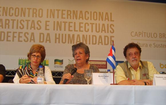 Acela Caner (C), profesora universitaria cubana, en el IX Encuentro Internacional de Intelectuales y Artistas en defensa de la humanidad, Rio de Janeiro 2012