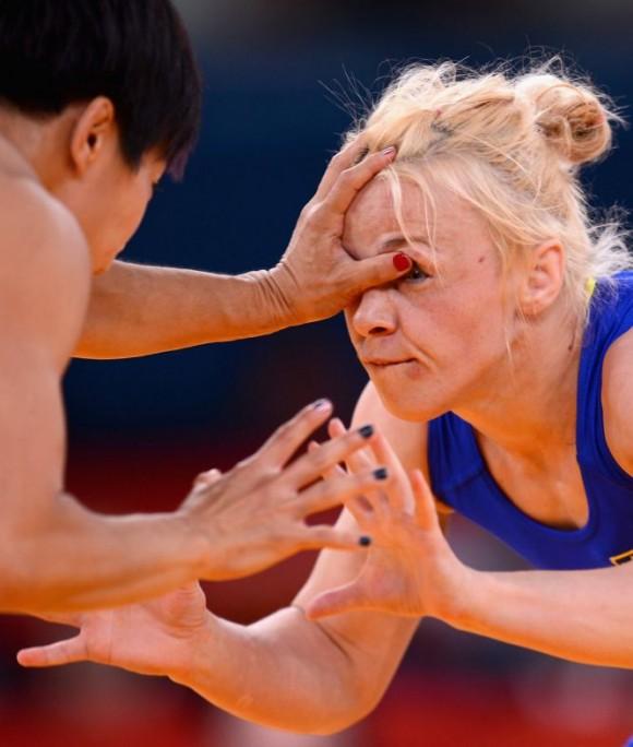 Irini Merleni de Ucrania (azul) durante su combate contra la estadounidense Clarissa Kyoko Mei Ling en la competición de lucha. Foto: JULIA VYNOKUROVA (GETTY IMAGES)