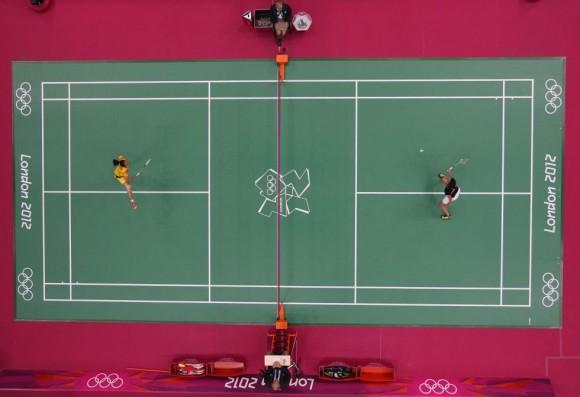 Yihan Wang (izquierda) de China se enfrenta a la canadiense Michele Li en el partido de bádminton individual femenino. Foto: ROB CARR (GETTY IMAGES)