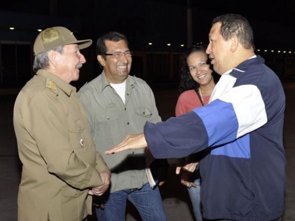 En la noche de este miércoles 25 de abril, partió hacia su Patria el Presidente venezolano Hugo Chávez Frías, quien fue despedido por el General de Ejército Raúl Castro Ruz, Presidente de los Consejos de Estado y de Ministros, luego de sostener un breve y animado intercambio en el aeropuerto internacional José Martí.