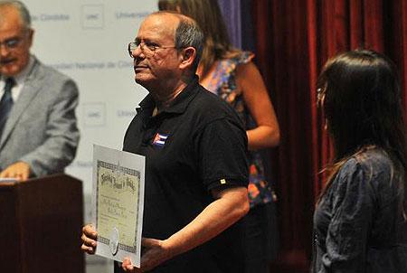 Silvio Rodríguez agradeció la distinción y dijo no merecerla. A su lado, la rectora Carolina Scotto. Foto: Sergio Cejas/La Voz
