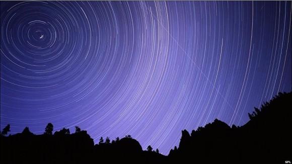 Empleando una exposición prolongada, esta foto sigue su ruta por el cielo de la Columbia Británica, en Canadá.