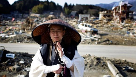 Un monje budista reza frente a un área devastada por el terremoto y el tsunami en Rikuzentakata, en la prefectura de Iwate.
