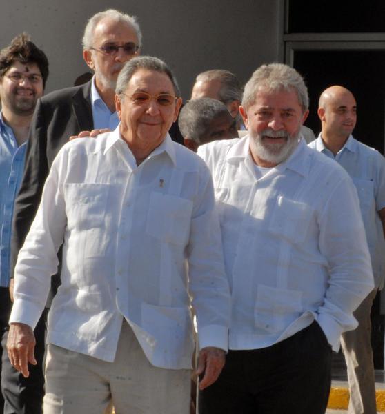 El General de Ejército Raúl Castro Ruz (I), presidente de los Consejos de Estado y de Ministros de Cuba, despidió al expresidente de Brasil, Luiz Inacio Lula da Silva (D), en el Aeropuerto Internacional