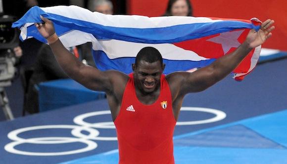 El cubano Mijaín López ganó este lunes el oro en los 120 kg de la lucha greco-romana en los Juegos Olímpicos de Londres, donde revalidó la corona conseguida hace cuatro años en Beijing. Foto: Ricardo López Hevia
