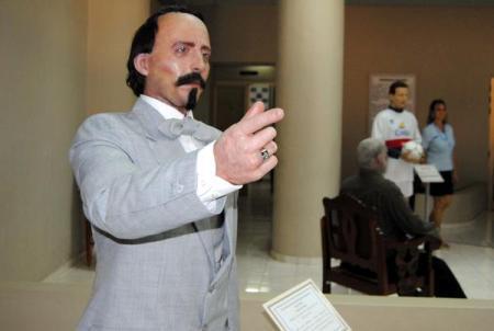 Escultura de Carlos Manuel de Céspedes, el Padre de la Patria Cubana, con su anillo de masón